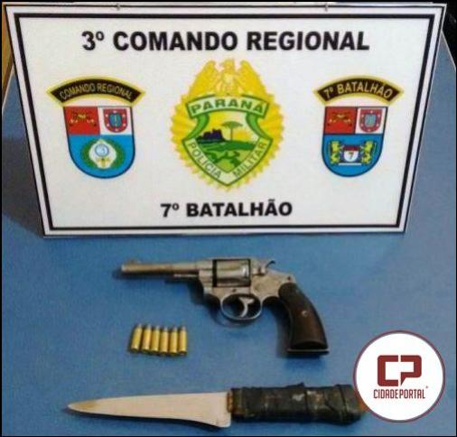 Polícia Militar prende duas pessoas acusadas de roubo e apreende arma de fogo