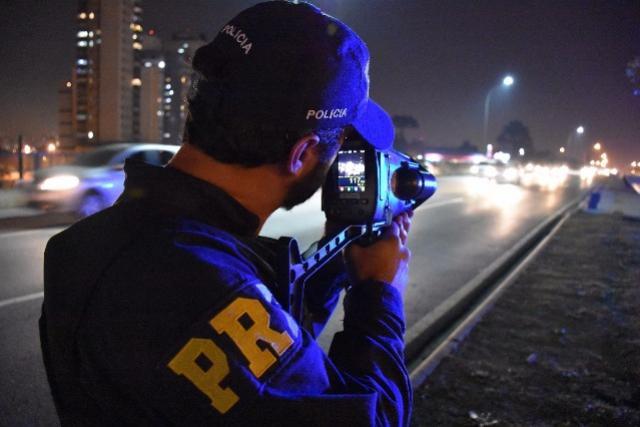 PRF flagra um motorista bêbado por hora durante o feriado no Paraná