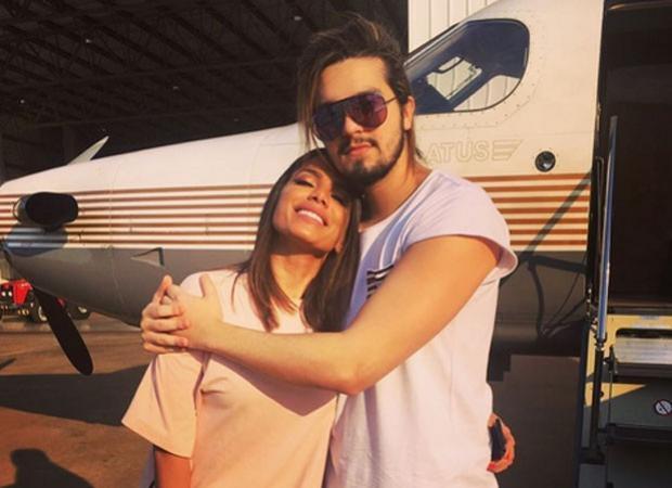 Luan Santana tieta Anitta em aeroporto e fãs shippam cantores
