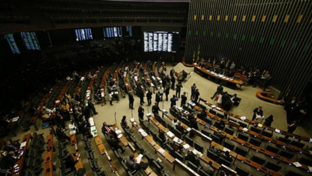 Deputados querem distritão para garantir novo mandato na Câmara