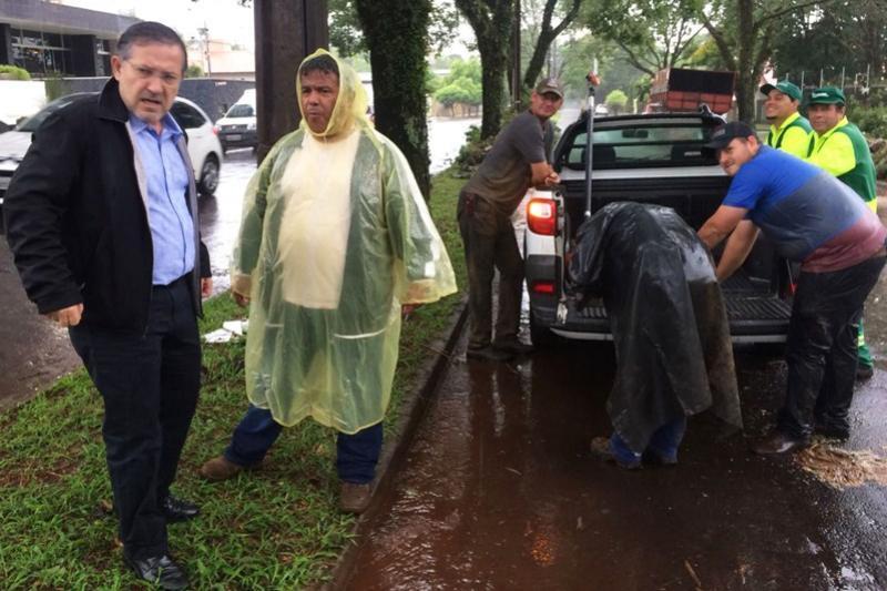 Prefeito Tauillo Tezelli acompanha remoção de arvores caídas na cidade