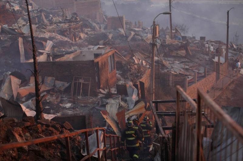 Incêndio no Chile destrói pelo menos 150 casas