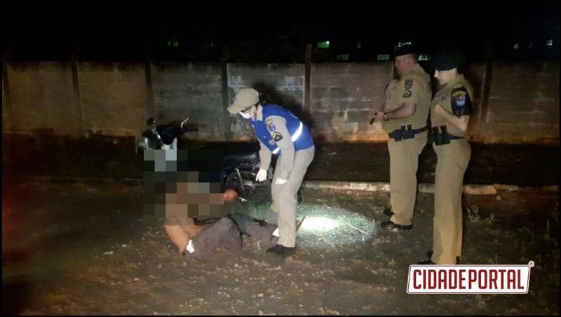 Homem embriagado perde o controle de motocicleta e acaba preso pela Polícia Militar