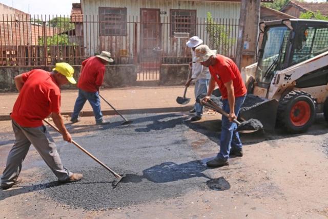 Operação Tapa Buraco continua no Lar Paraná e área central