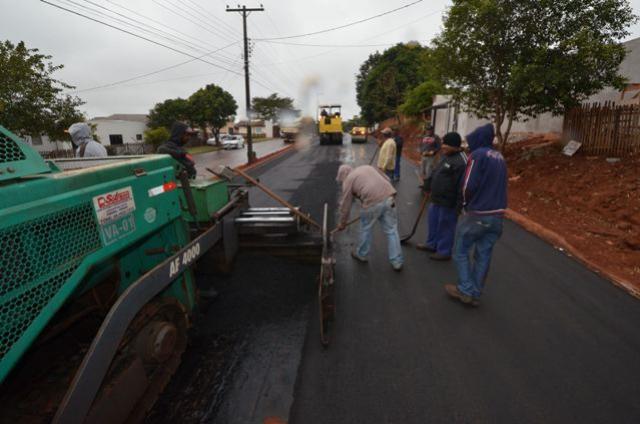 Empreiteira conclui asfalto na Avenida dos Xetá
