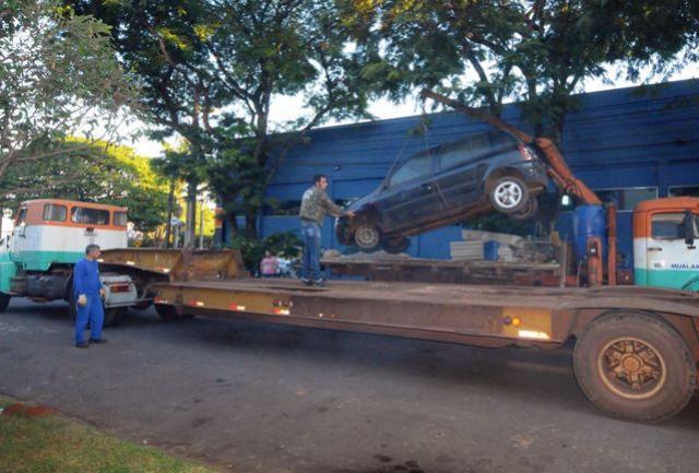 Vigilância recolhe ao pátio da Prefeitura  veículos abandonados nas vias públicas