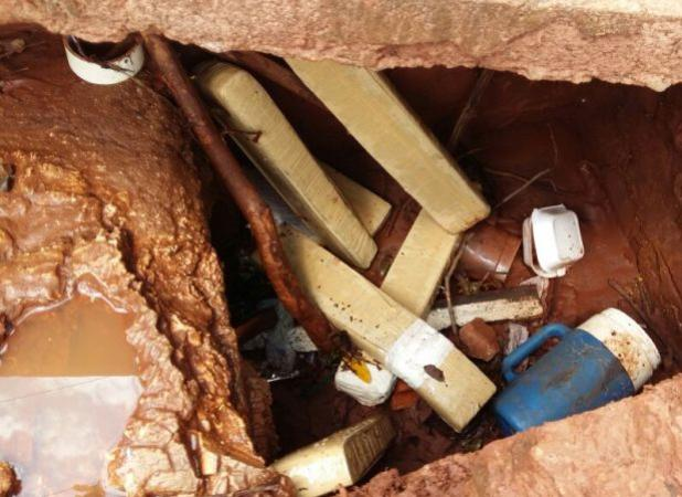 Denúncia anônima permitiu à Polícia Militar do Terceiro Pelotão de Mundo Novo localizar maconha em bueiro