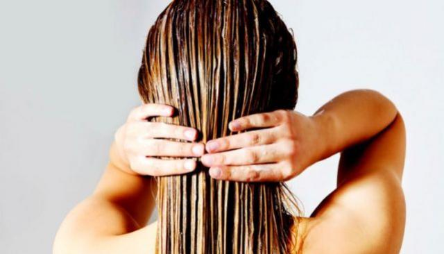 Hábito que toda mulher acha certo pode deixar o cabelo ainda mais oleoso