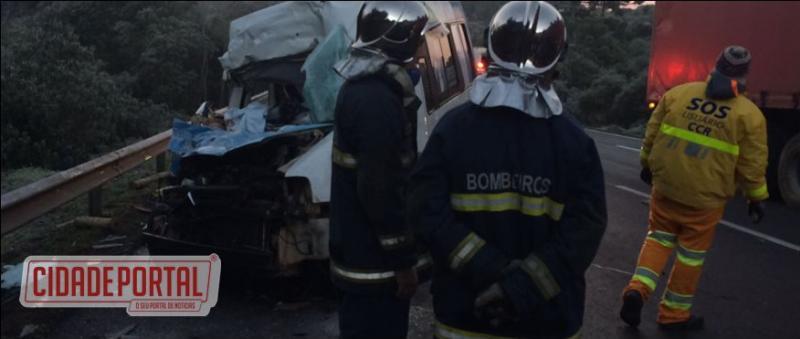 Acidente entre van com pacientes de Goioerê e caminhão deixa 15 feridos na BR-277