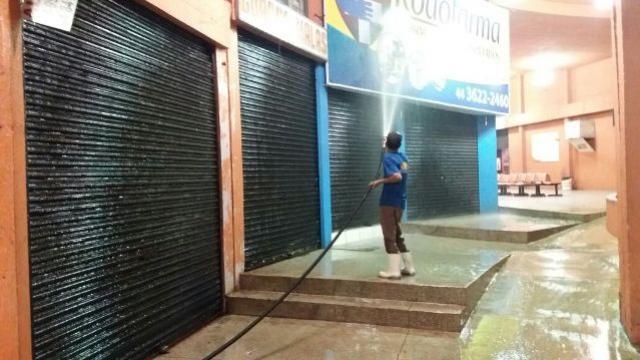 Mutirão de limpeza lava o piso da Estação Rodoviária