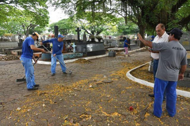 Mutirão inicia limpeza do Cemitério Municipal