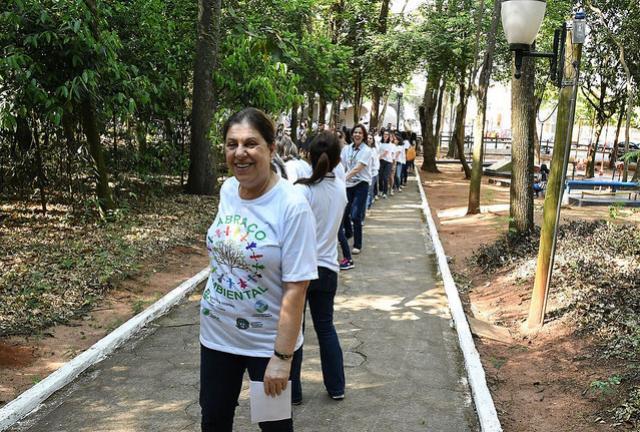 Com participação de crianças, Prefeitura  inicia reflorestamento do Bosque dos Xetá