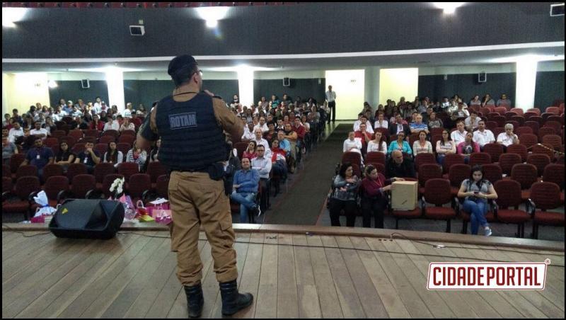 Tenente da Polícia Militar de Umuarama ministra palestra sobre segurança particular para mais de 200 pessoas