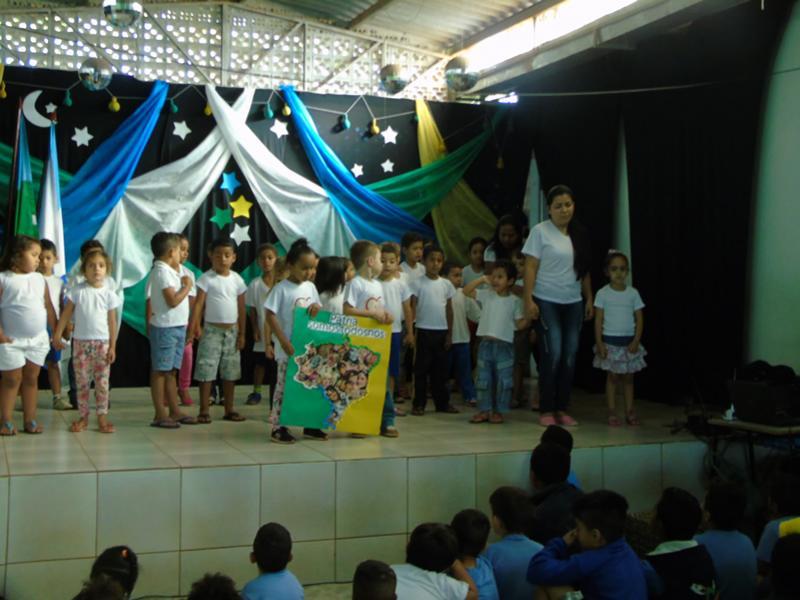 Alunos e Equipe do Centro Educacional Santa Clara comemorando os 195 anos da Independência do Brasil