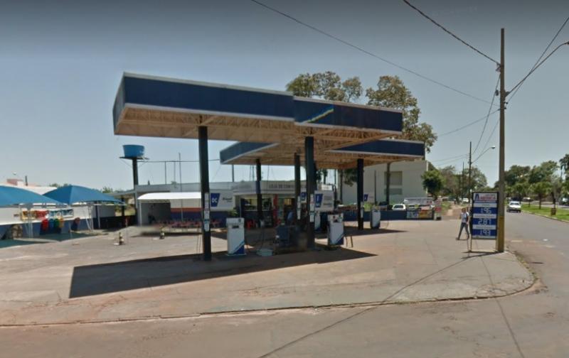 Duas pessoas encapuzadas quebram porta de vidro da conveniência do posto América e furtam bebidas e cigarros