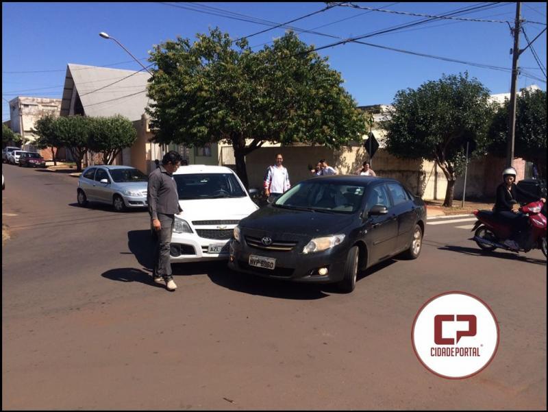 Motorista invade preferencial e causa acidente no cruzamento da Campo Mourão com Carlos Gomes