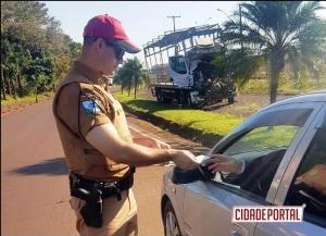 """Policiais Rodoviários do BPRv de Assis realizam """"Campanha Maio Amarelo"""", ser Educado no Trânsito."""