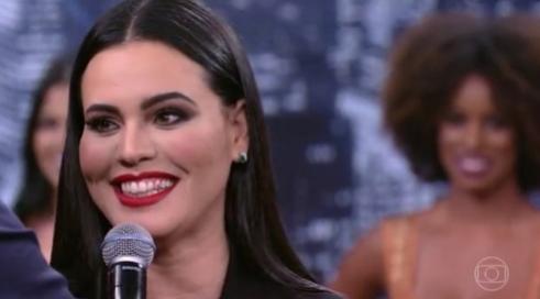 Letícia Lima aparece na TV com dente sujo de batom e internet não perdoa