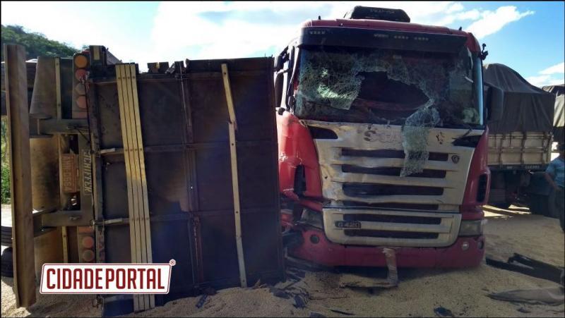 Acidente na Bahia envolveu 4 carretas da região deixou quatro feridos e um morto, levou 12 horas para retirada do corpo