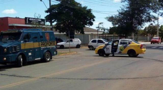 Suspeitos tentam parar carro-forte a tiros de fuzil e condutor pede socorro na delegacia