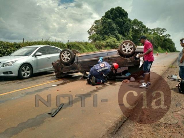 Parati capota e deixa dois adultos e duas crianças feridas na PR-492 em Rondon