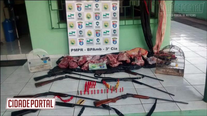 Polícia Ambiental prende pessoas por posse de arma de fogo, guarda de pássaros silvestre, e carne de animal silvestre