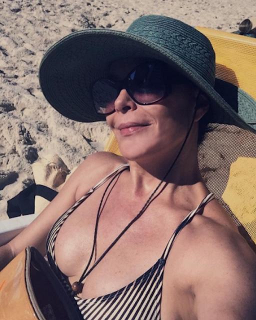 Carolina Ferraz é comparada a Ivete Sangalo ao postar foto de biquíni