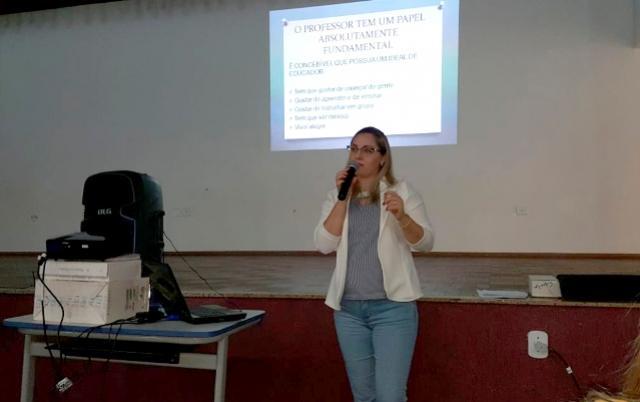 FORMAÇÃO:  Estagiárias que atuam na Educação participam de palestra com psicóloga do município
