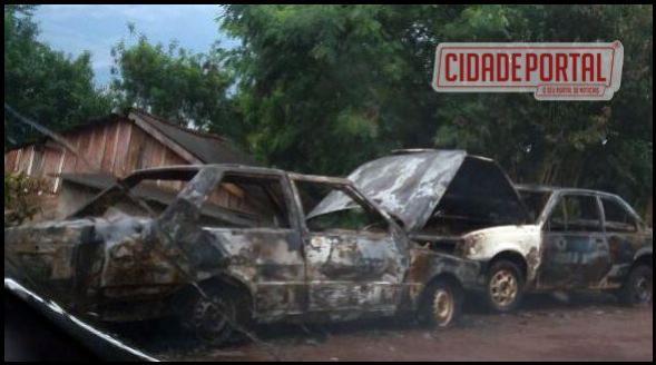 Fogo destrói veículos na madrugada de domingo,05, em Ubiratã