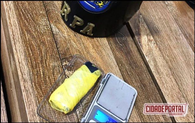 Polícia Militar de Ubiratã prende uma pessoa com posse de drogas, e o veículo por estar rebaixado