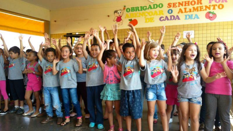 Escola Municipal Lucinéia Braciforte homenageia pais com apresentações em Ubiratã