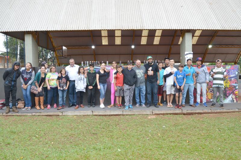 Prefeito Baco visita colégio Padre Jorge e conhece projeto 24 horas na escola
