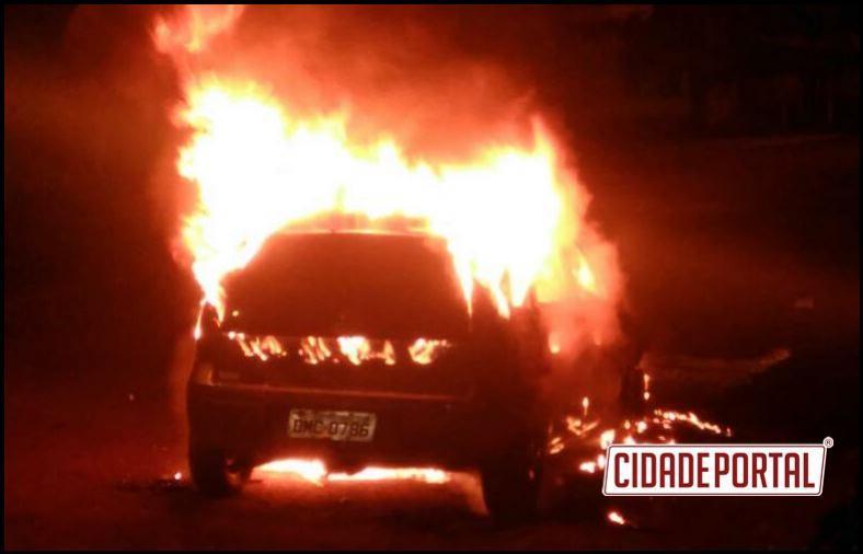 Veículo foi incendiado em Campina da Lagoa neste fim de semana