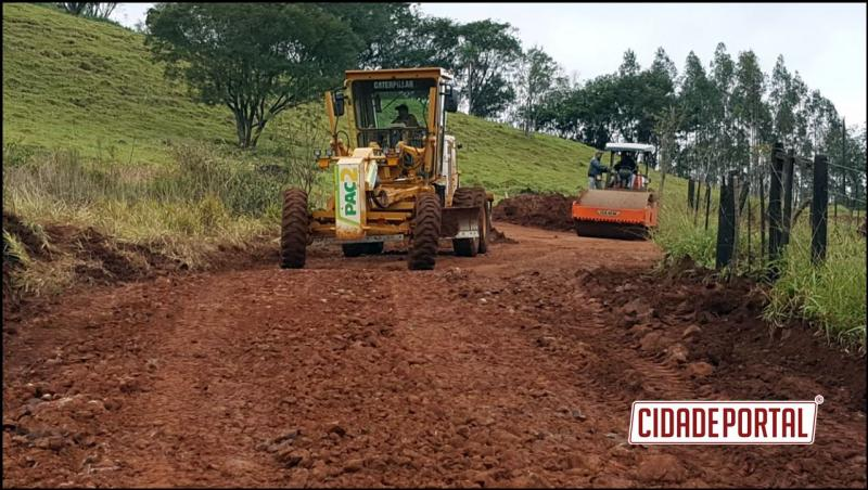 CASCALHAMENTO: Serviços Rurais realizou melhorias em trecho crítico da Estrada Carlos Gomes