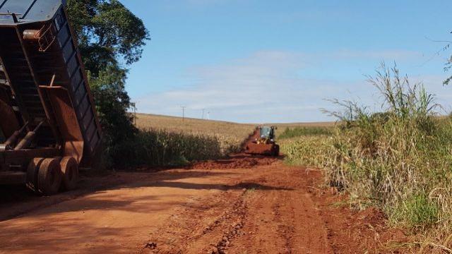 Administração municipal recupera 5 quilômetros de cascalhamento na Estrada Tatu