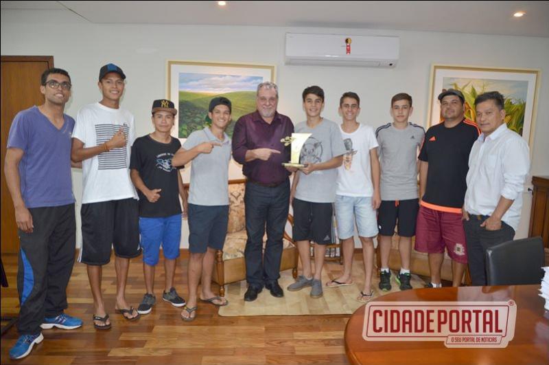 FUTEBOL:  Prefeito Baco recebe campeões dos Jogos da Juventude
