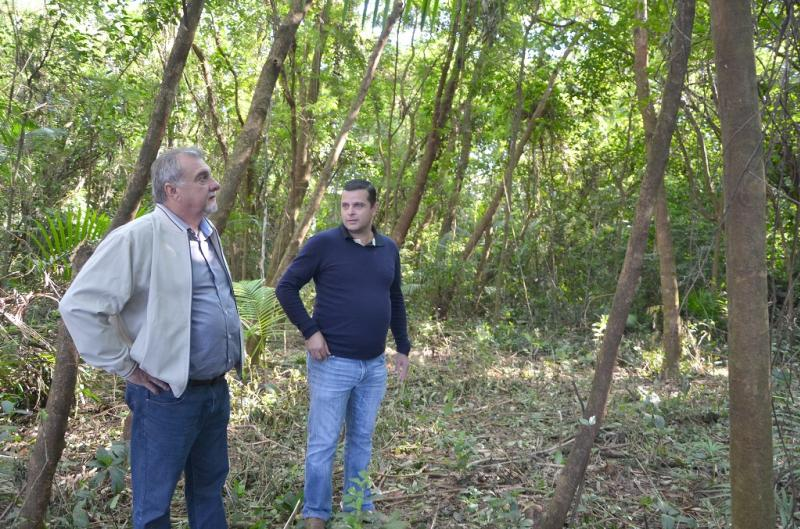 Prefeito Baco vistoria de perto como ficou o interior do Bosque depois que limpeza foi feita no local