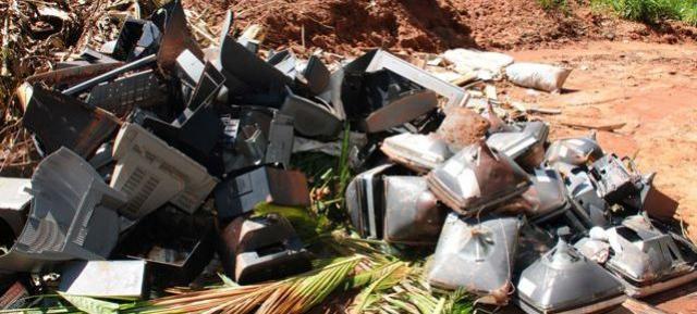 Até lixo eletrônico é descartado em locais impróprios, em Umuarama