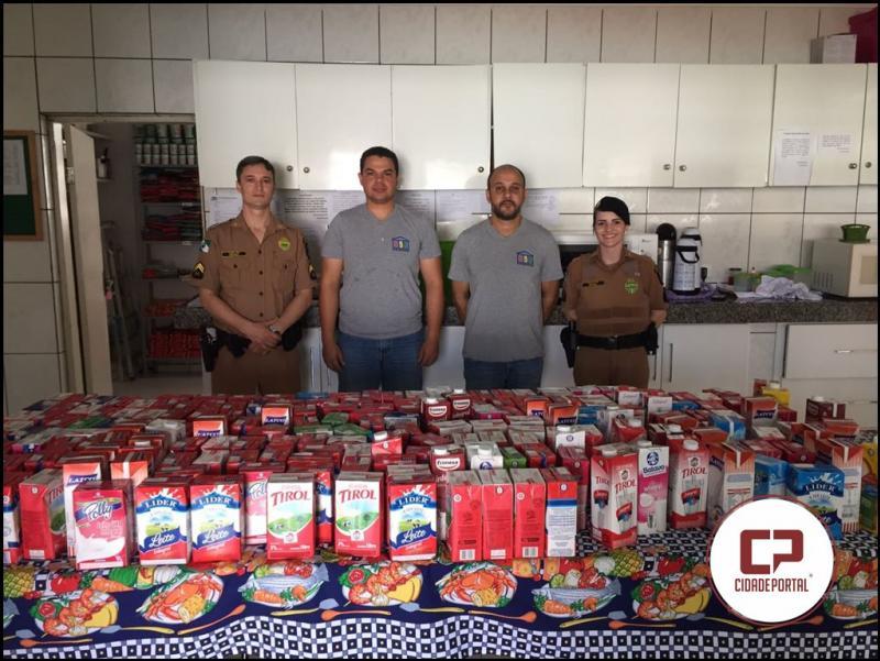 Equipe da Comunicação Social do 25º BPM de Umuarama realiza entrega de leites arrecadados com a Banda da Polícia Militar