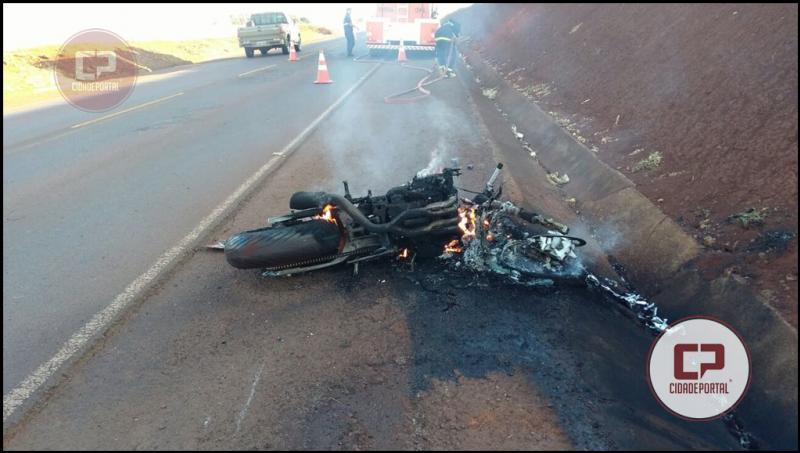Moto pega fogo após acidente na PR-486 na manhã desta segunda-feira, 04