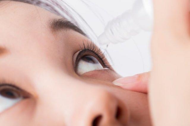Norte-americana quase perde a visão após dormir com maquiagem nos olhos