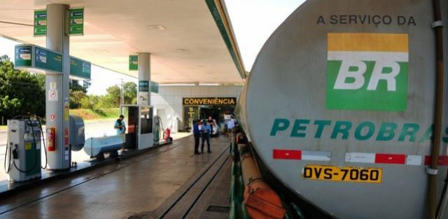 Preço da gasolina nas refinarias cai pelo segundo dia seguido