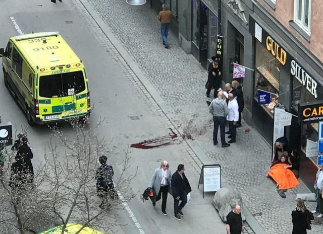 Caminhão atropela pessoas em Estocolmo; polícia fala em 4 mortos e 15 feridos
