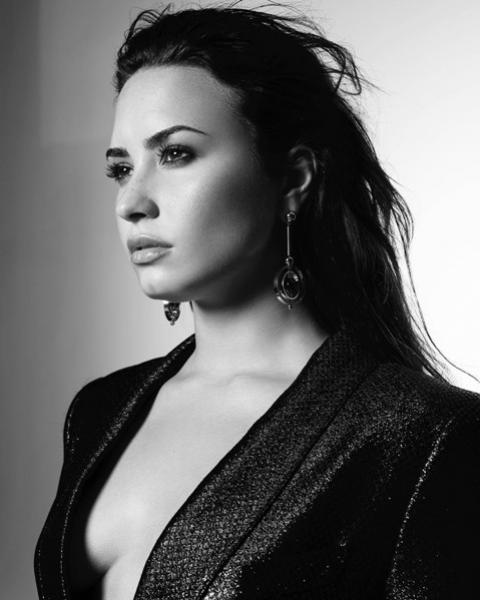 Demi Lovato deixa hospital e começa reabilitação, diz revista
