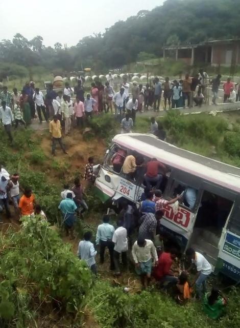 Acidente de ônibus deixa 50 mortos no sul da Índia