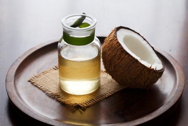 Óleo de coco e outros cuidados para tratar as olheiras em casa