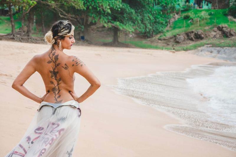 Traída, mulher faz ensaio para comemorar o divórcio
