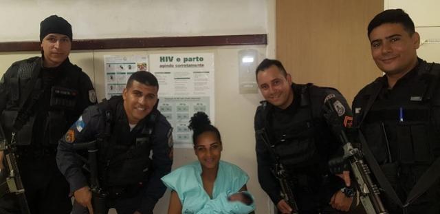PMs ajudam em parto e depois prendem mulher que deu à luz na Zona Norte do Rio