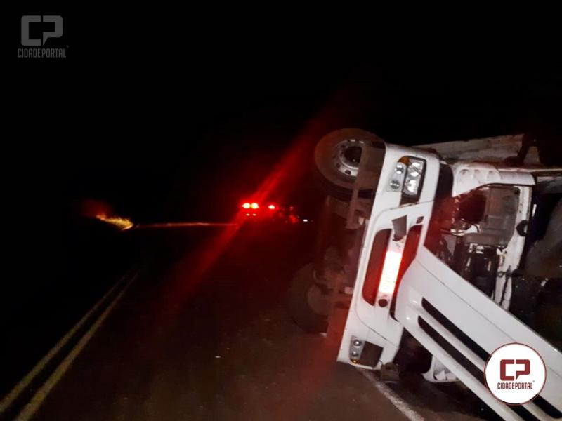 PRE de Cidade Gaúcha apreende caminhão carregado com cigarros contrabandeados após acidente