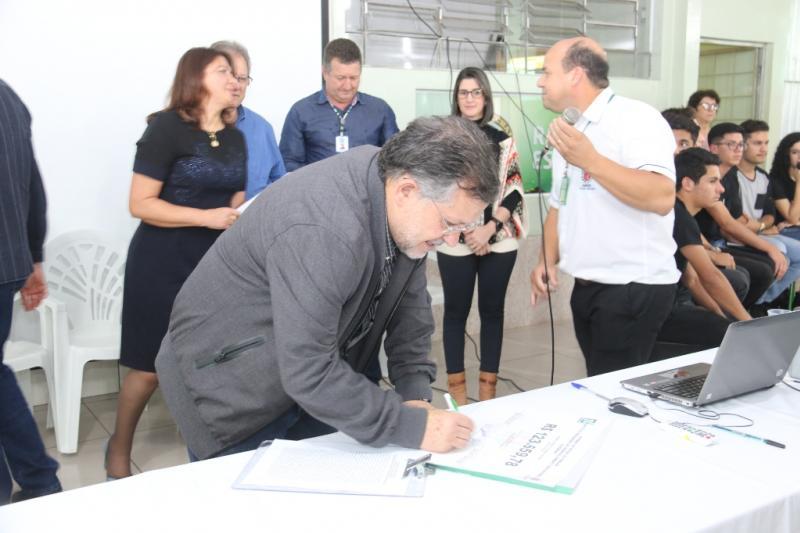 Prefeito participa de assinatura de ordem de serviço para melhorias no Colégio Marechal Rondon